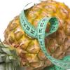 Fita métrica enrolada no abacaxi