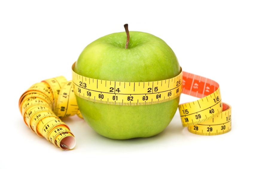 Foto de uma maçã com uma fita métrica enrolada
