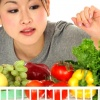 Mulher comprando frutas e legumes saudáveis para prevenir as celulites