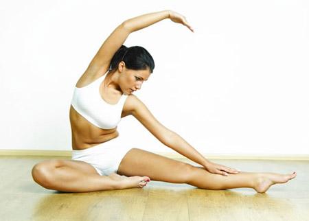 Mulher fazendo Yoga para não ter celulites