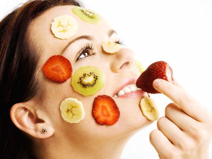 Muklher fazendo uma dieta para melhorar a pele