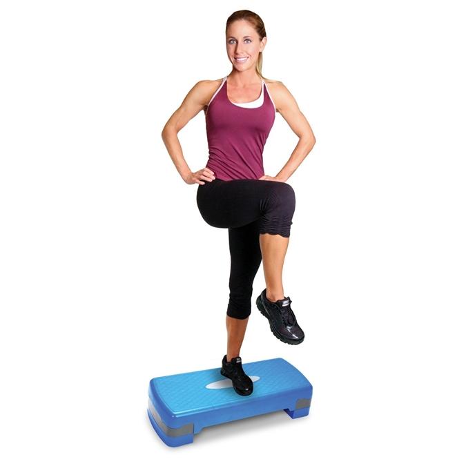 Mulher mostrando como se faz o exercício step