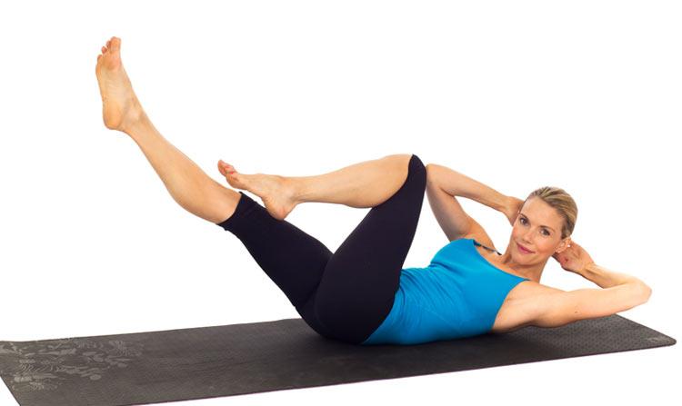 Mulher fazendo exercício de abdominal bicicleta