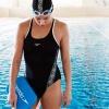 Mulher nadadora saindo a piscina após fazer exercício de natação