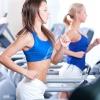 Mulheres correndo na esteira, praticando descanso ativo