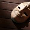 Máscara que com duas faces representando o transorno bipolar